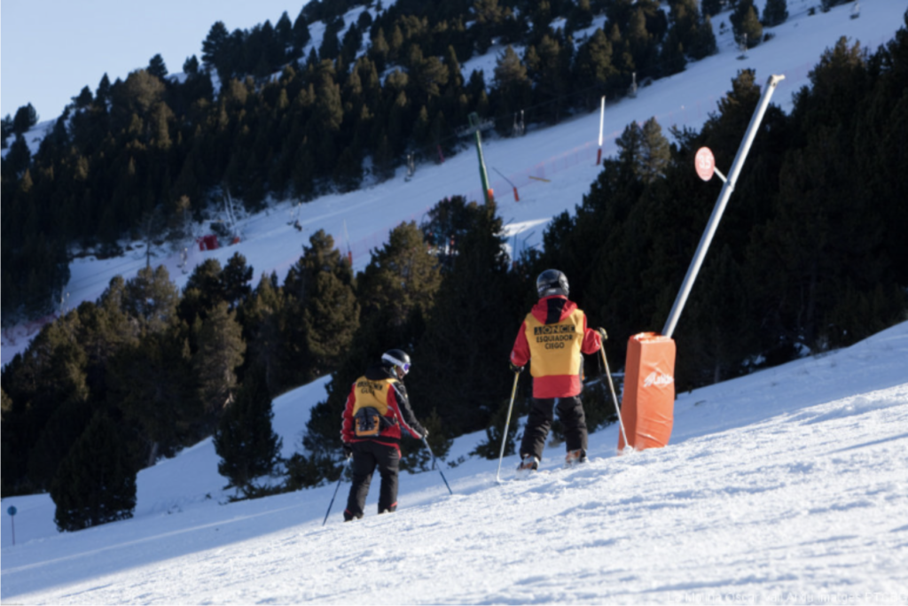 On a slope at La Molina ski resort, a Play & Train guide gives directions to a blind skier. Image by Óscar Vall.