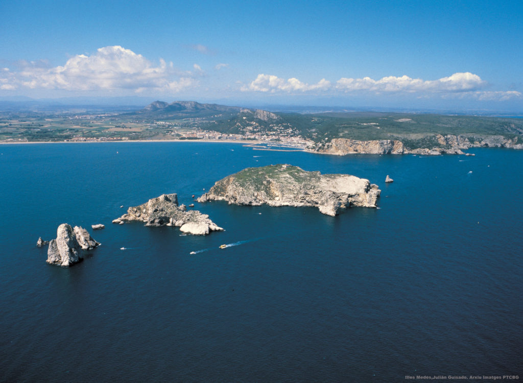 An aerial view of the Medes Islands, with l'Estartit and the Montgrí massif in the background. Image by Julián Guisado.