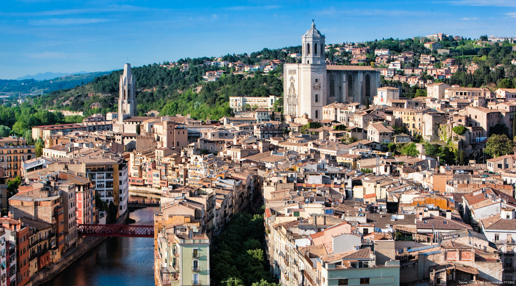 A panoramic view of Girona's Old Town. Between the roofs of the houses, the bell tower of the Collegiate Church ofSant Feliu and the cathedral stand out. Image by Oscar Vall.