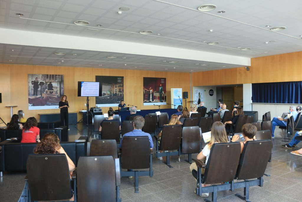 From the back of the hall, an image of one of the presentations. Imagen by the Baix Empordà Regional Council.