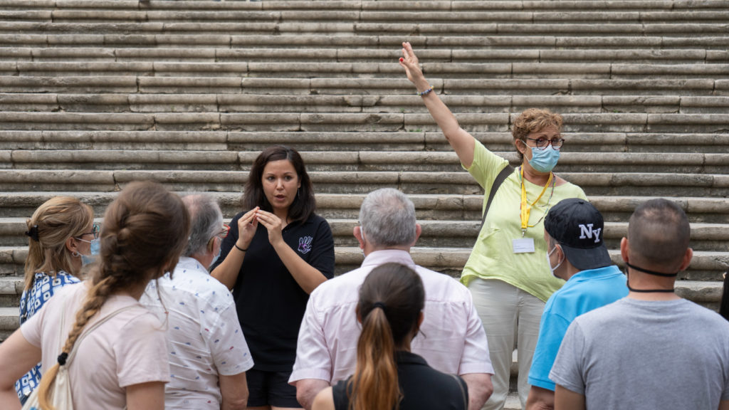 At the foot of the cathedral's stone steps, a young woman interprets the guide's explanations in sign language during a visit last summer, in this case organised by GIGS Girona. Picture by MultiSignes.